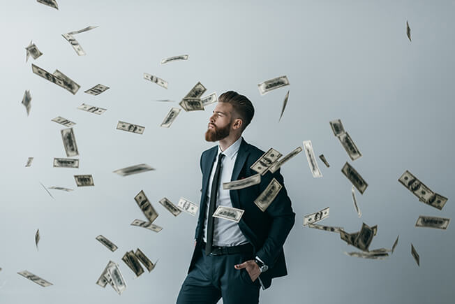 איש עסקים על רקע של שטרות כסף