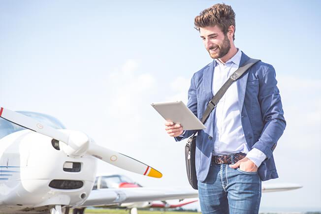איש צעיר על רקע של מטוס פרטי